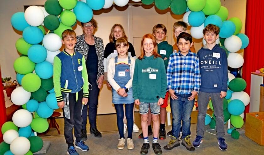 <p>De leerlingenraad was verantwoordelijk voor een mooie feestdag in coronatijd. Tweede van links schooldirecteur Alice Haak (foto Jan Boer)</p>