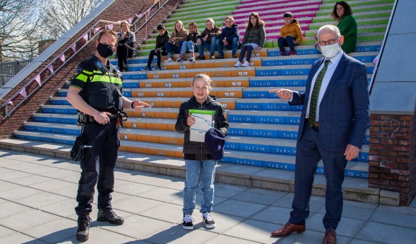 <p>Winnaar Jaime Verweij met burgemeester Heijkoop en de politie, tijdens de huldiging op het schoolplein van Sol Villa Ambacht.&nbsp;</p>