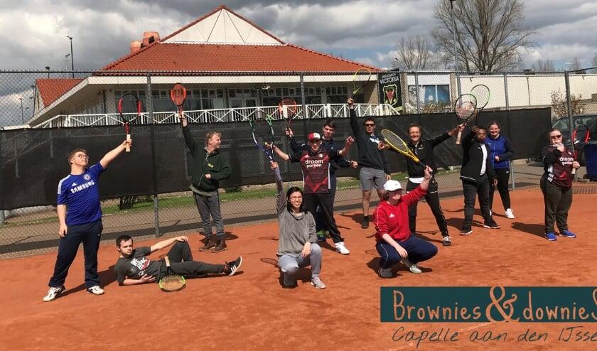 <p>Medewerkers van Brownies & Downies bij de tennisclinic bij TV Victoria</p>