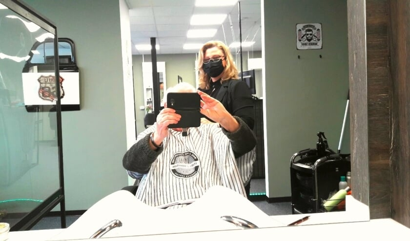 <p>Marian fatsoeneert een coronakapel van een half jaar oud in haar gloednieuwe barbershop</p>
