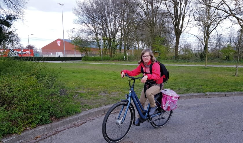 <p>Anne Aalderink op de fiets van Borne naar Hengelo, waar ze in de weekenden vaak bij haar moeder verblijft.</p>