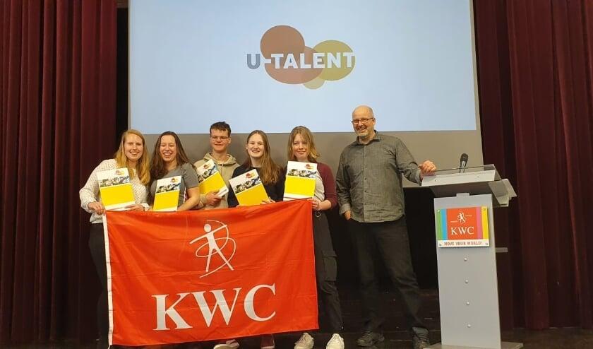 <p>De leerlingen Anouk Bos, Christel ter Haar, Harmen Ament, Anick Ganzeman en Willemijn van Kats kregen de getuigschriften uitgereikt. &nbsp;</p>