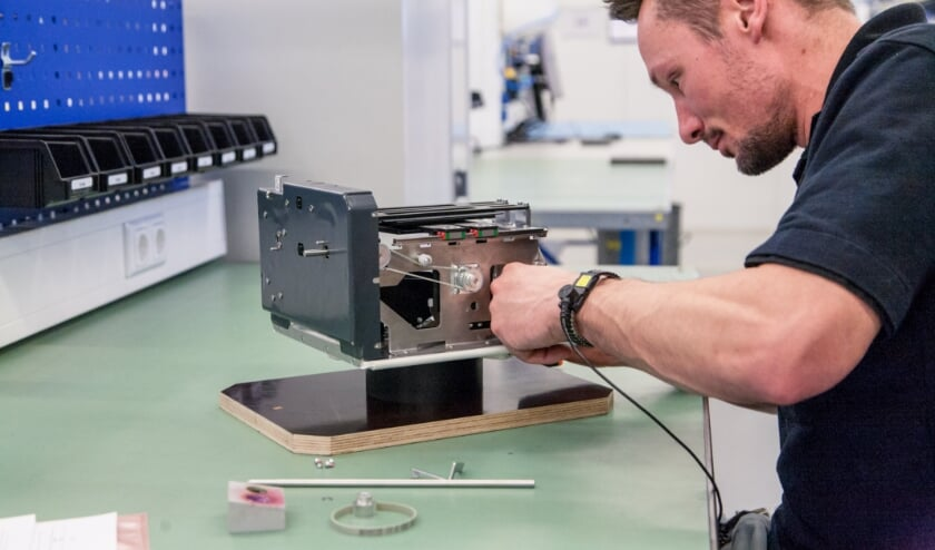 <p>&nbsp;Varex Imaging medewerker Sjoerd Hermsen met digital twin-technologie.</p>