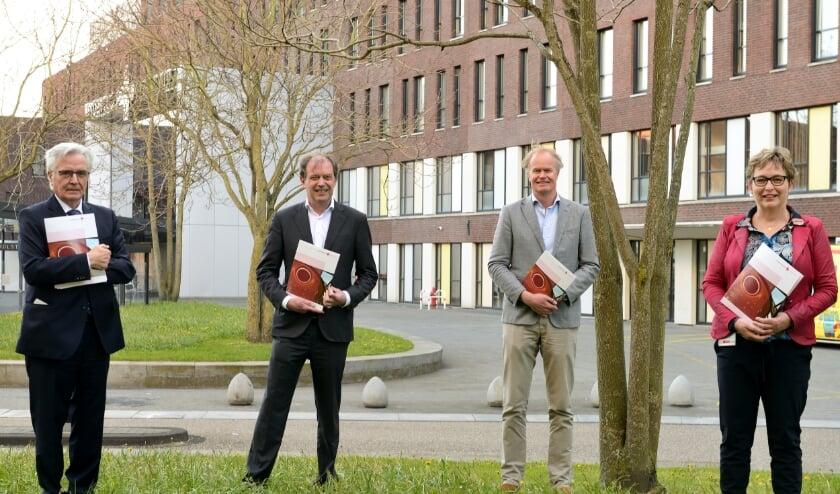 <p>Jan Kelders sr., Piet-Hein Buiting (voorzitter Raad van Bestuur JBZ), Marcel Garssen (neuroloog) en Linda Kemink (voorzitter Bossche Specialisten Co&ouml;peratie).&nbsp;</p>