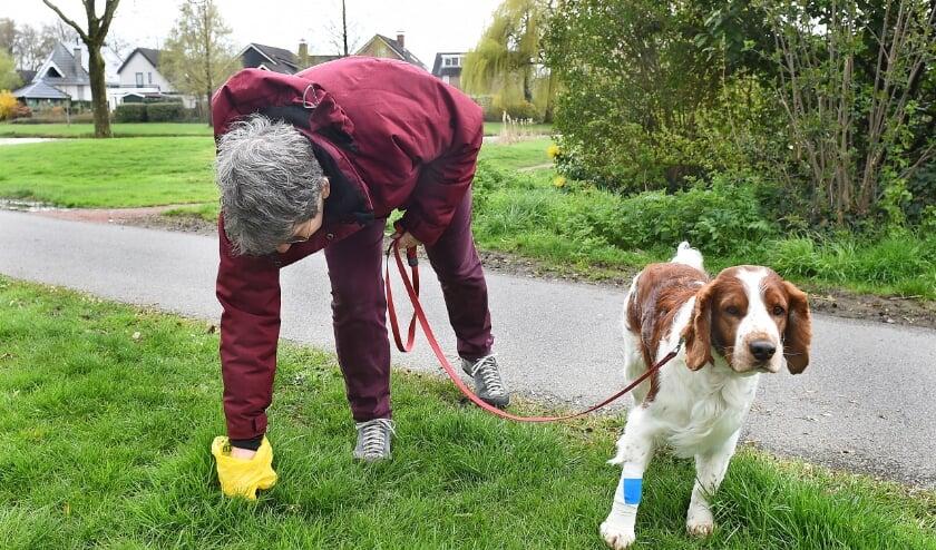 <p>Inge Meuleman uit Ulft ruimt altijd de poep van haar hond Spike op. &quot;Als ik de tuin zit bij de Debbeshoek, ruik ik soms de hondenpoep die andere baasjes niet hebben opgeruimd.&rdquo;</p>