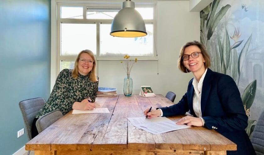 <p>Saskia Knoop van VKZ &nbsp;en Fleur Imming, voorzitter van Spoffin ondertekenen contract</p>