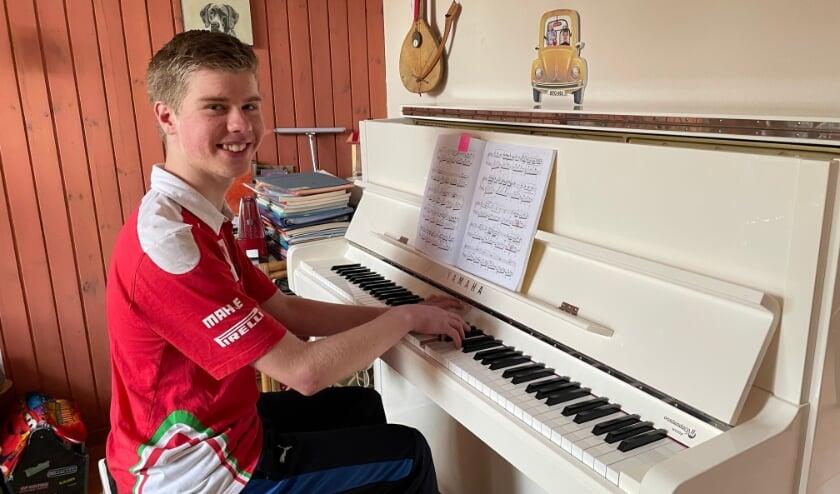 <p>Daniël Snaterse oefent dagelijks een uur en een kwartier thuis op zijn piano. (foto: Marco Jansen)</p>