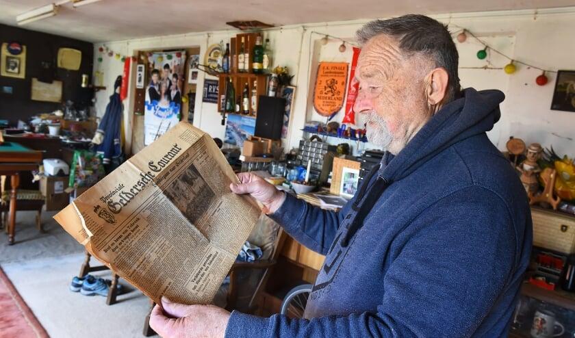 <p>Dolf met de krant uit 1942 in het ouderlijk huis aan de Terborgseweg, waar de kleinzoon en broer van Dolf nog wonen.</p>