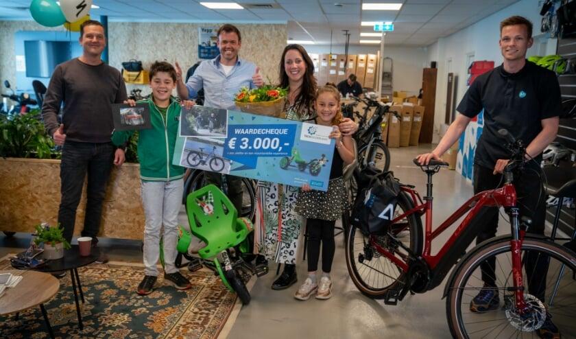 <p>Prijsuitreiking in het kader van de fietswedstrijd van Tech Gelderland. De prijs bestaat uit een elektrische fiets, een skelter en een mountainbike uitje.</p>