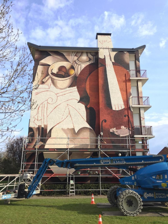 <p><em>De Strakke Hand aan het werk bij de muurschildering aan de Voetiuslaan.</em>&nbsp;</p>