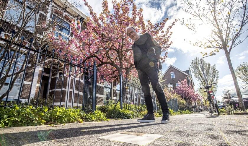 <p>Gerrit Schaafsma bij de Stolpersteine voor zijn woning aan de Groeneweg. </p>
