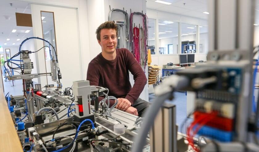 <p>Medewerker Sim Leys van ASML in Veldhoven is nauw betrokken bij het opzetten van de nieuwe hightech-opleiding Technicus Smart Industry van het Summa College. (Foto: Bert Jansen).</p>