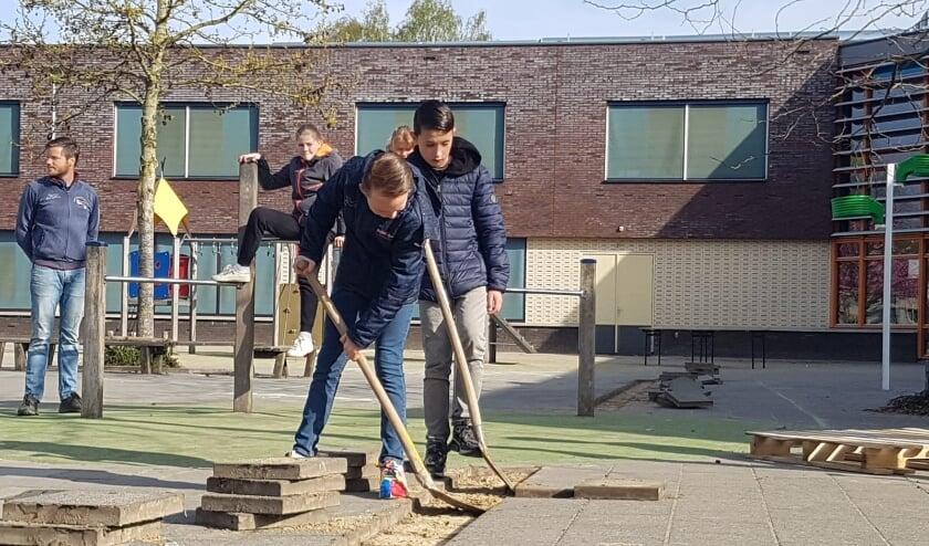 <p>Hugo en Rijk halen officieel de eerste tegels eruit. Foto: E. Derksen</p>