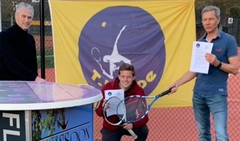 """<p dir=""""ltr"""">Het contract met &lsquo;t TennisHuys werd ondertekend door Lukas Wolf de voorzitter Walborgh Kieskamp en penningmeester Henk van der Esschert.</p>"""