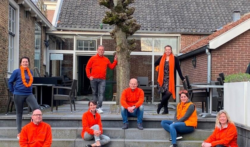 <p>Het Oranje Comit&eacute; Linschoten: v.l.n.r.: Marieke, Richard, Juliette, Ronald, Andr&eacute;, Anna, Suzanne en Bianca.</p>