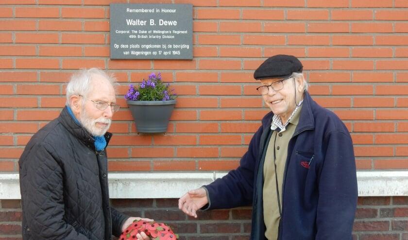 <p>Initiatiefnemers Jan Fogteloo (l) en Gert Slettenhaar (r) bij de plaquette.</p>