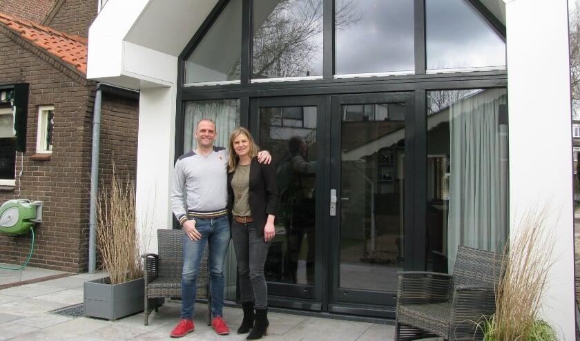 <p>Inge Verbeek en Robert Brouwer bij de achterzijde van hun totaal verbouwde woning aan de Valleistraat. (Foto: Gertjan van Capellen).</p>
