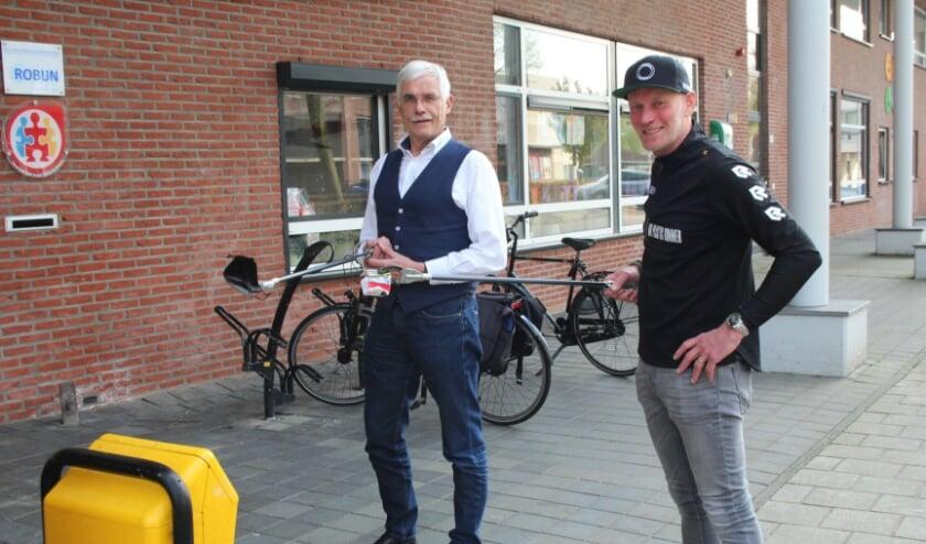 <p>Erik Wierstra (rechts) gaat 8 mei ploggen voor het Hospice, waar Ed Booms (links) voorzitter van de Vrienden en vrijwilliger is.</p>