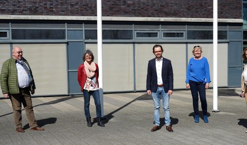 <p>Ton Dietvorst, Inge Schouten, Daan de Kort, Monique van Zutphen en Monique van Roosmalen bij de bekrachtiging van de samenwerking tussen het Sondervick College en Kringloop de Kempen.</p>