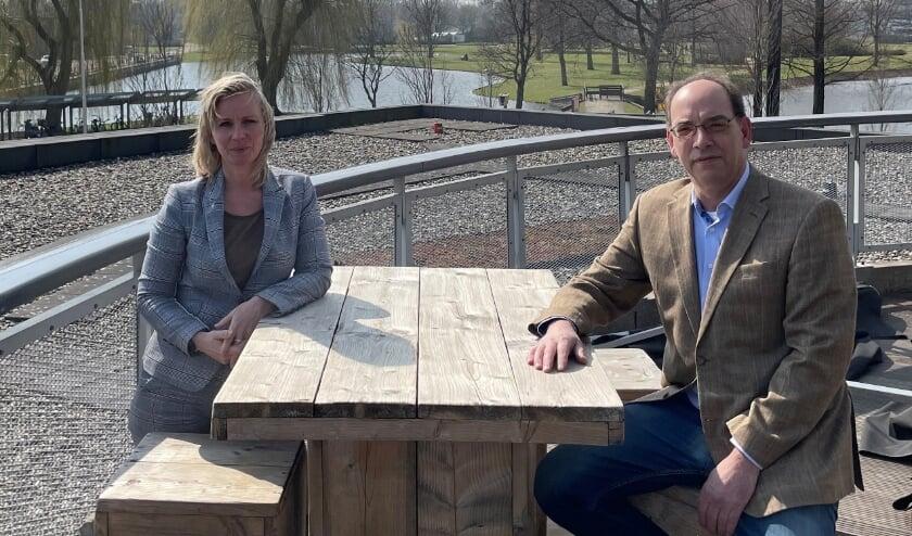 <p>Marjet van Os (directeur Cascade) en Kees de Gees (voorzitter Bridgeclub &rsquo;t Ambacht) op het dakterras van Cascade.</p>