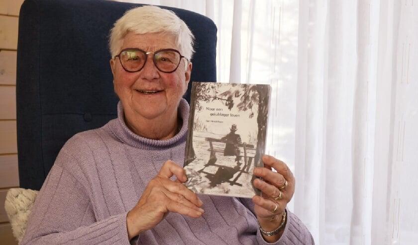 <p>Vol trots presenteert Nel Hendriksen haar verhalenbundel &#39;Naar een gelukkiger leven&#39;. (foto: Arda Konings)</p>
