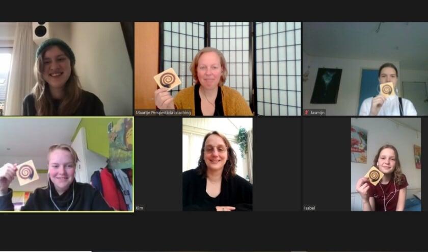 Amber Heijneman namens de jongeren van 't Plekje en Maartje de Vries van Perspectivia coaching organiseren een online bijeenkomst voor jongeren met als activiteit Weerwolven van Wakkerdam
