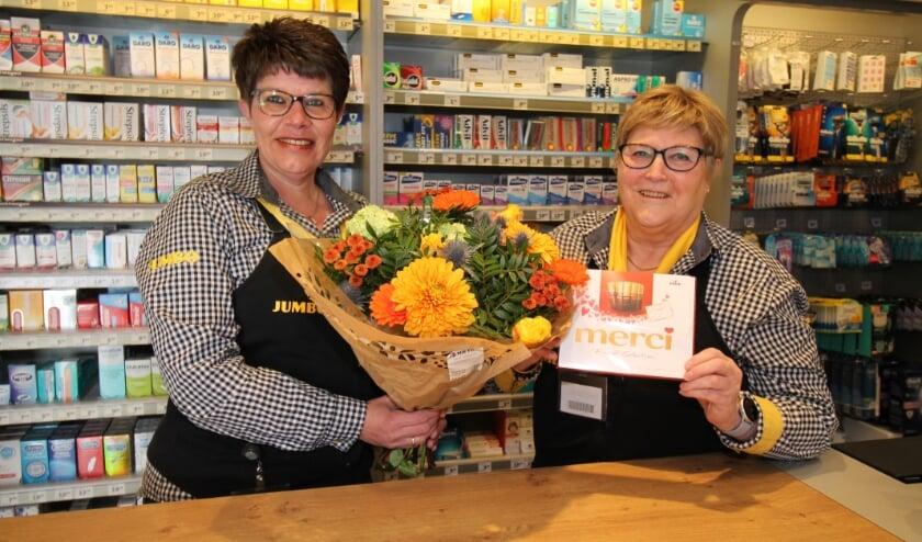 Bloemen en chocolade voor Annie Groeneveld (r) die met pensioen gaat. (foto: Marco Diepeveen)