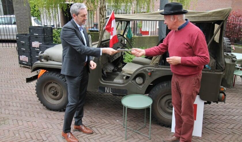 <p>Mede-ontwikkelaar Roelof Janssen (met hoed) overhandigt de fietsroute aan Rhenens burgemeester Hans van der Pas (foto: Marco Diepeveen)</p>