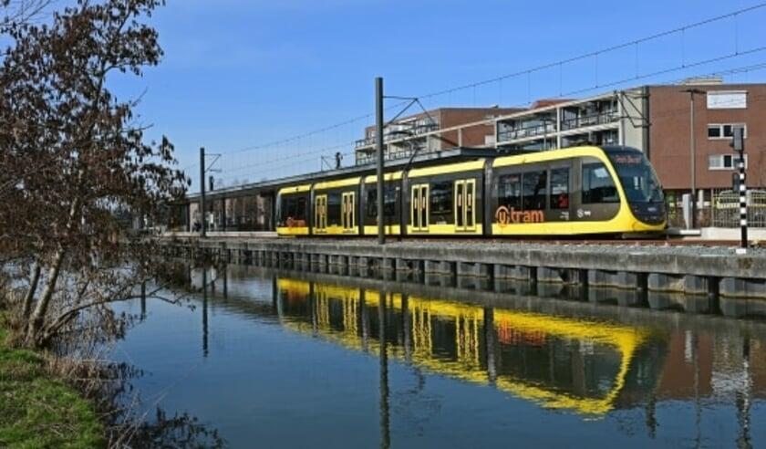 <p>Een nieuwe CAF tram bij halte IJsselstein-Zuid. Foto: Gerard van Buuren&nbsp;</p>