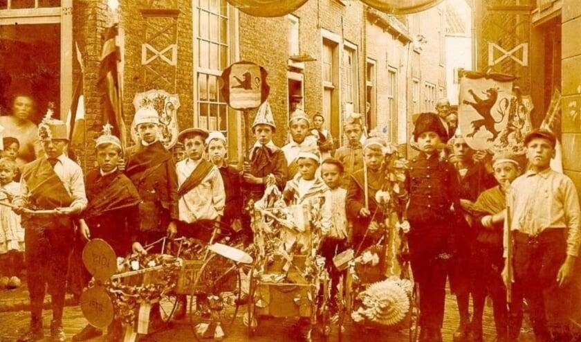 <p>Koninginnedag op de Groenelaan, Schiedam (de Gorzen), 1913.&nbsp;</p>