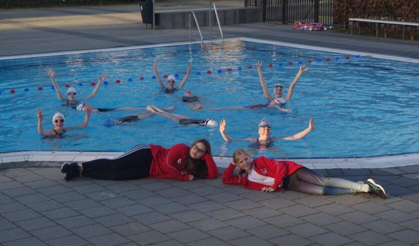 <p>Na een korte instructie lukt het de meiden een mooie formatie te vormen, hoewel het nog wel wat onwennig gaat. Synchroonzwemmen buiten is toch wel heel anders dan binnen.</p>
