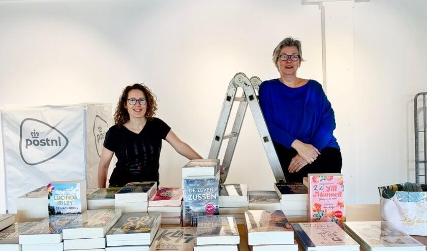 Marije (links) en Hilde (rechts) staan trots in hun winkeltje, dat bijna gereed is voor de opening.