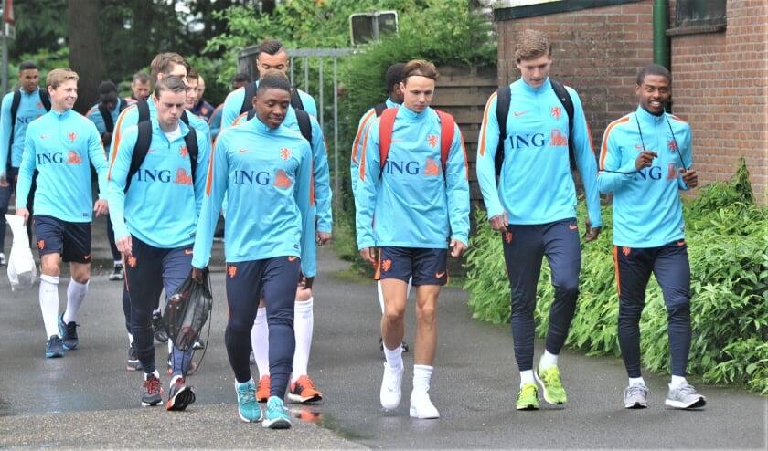 <p>&nbsp;Frenkie de Jong (links met wit plastic tasje) in juni 2016 met Jong Oranje op het Wilhelminasportpark in Heelsum. Foto: Gert Budding</p>