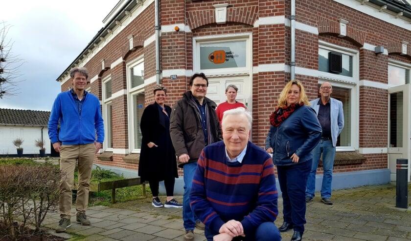 <p>Enkele vrijwilligers van 1Twente Hengelo, voor &#39;hun&#39; studio aan de Langelermaatweg.&nbsp;</p>