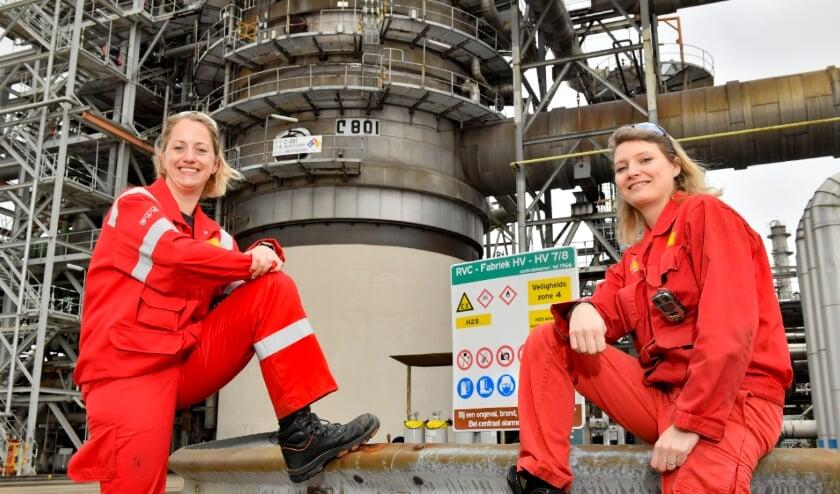 <p>Scholieren maken kennis met vrouwelijke medewerkers Kirsten en Saskia van Shell Pernis.</p>