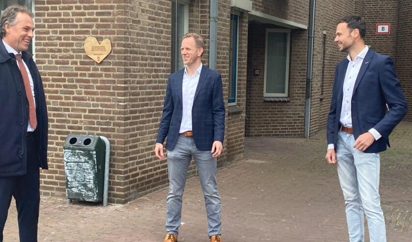 <p>Wethouder Geert Gerrits, Ronald van Ommen (gebiedsontwikkelaar bij Ter Steege) en Rob van Lith (New Horizon) met op de achtergrond het houten donorhart.&nbsp;</p>