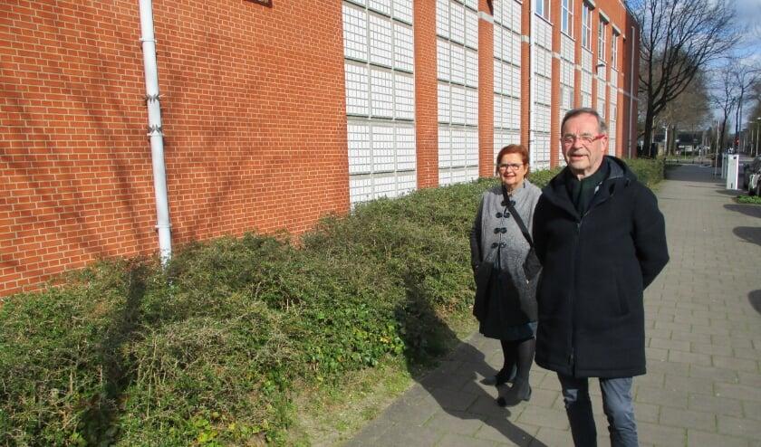 <p>Yvonne van den Ende en Frank Pulskens bij het voormalige datacenter van Interpolis aan de Prof. Verbernelaan</p>