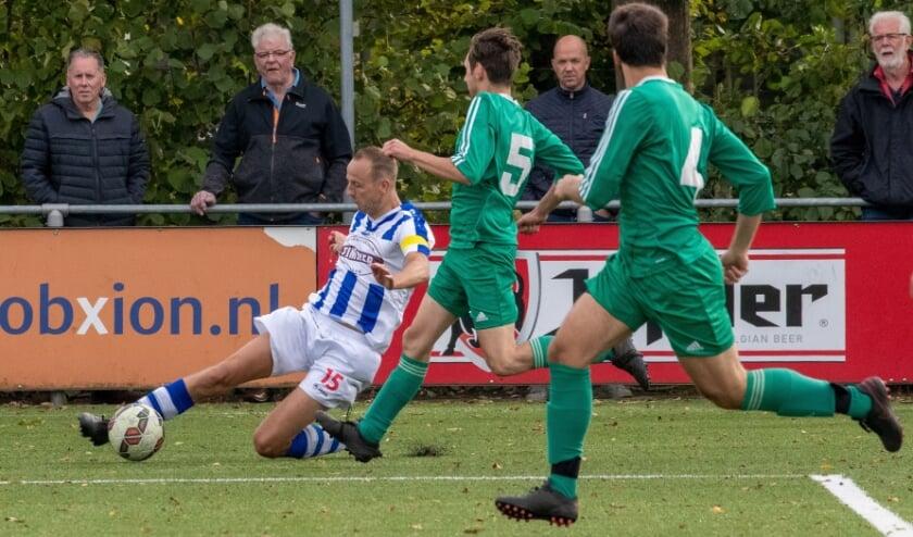 <p>Alex Timmer namens FC Lienden aan de bal. De Liendenaar komt op diverse posities goed uit de voeten. (Foto: Wim Brouwers)o</p>
