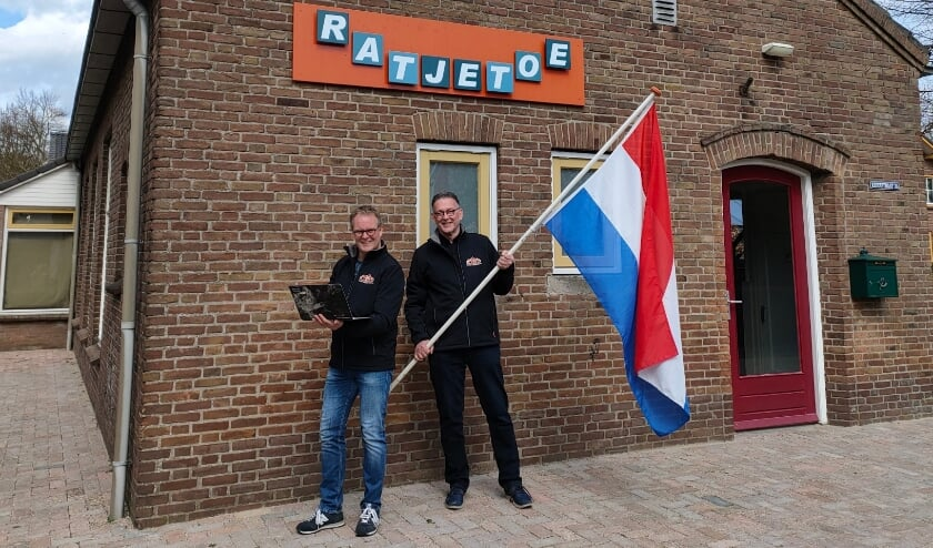 <p>Albert Vogel en Leo Nugteren voor het clubgebouw Ratjetoe.</p>
