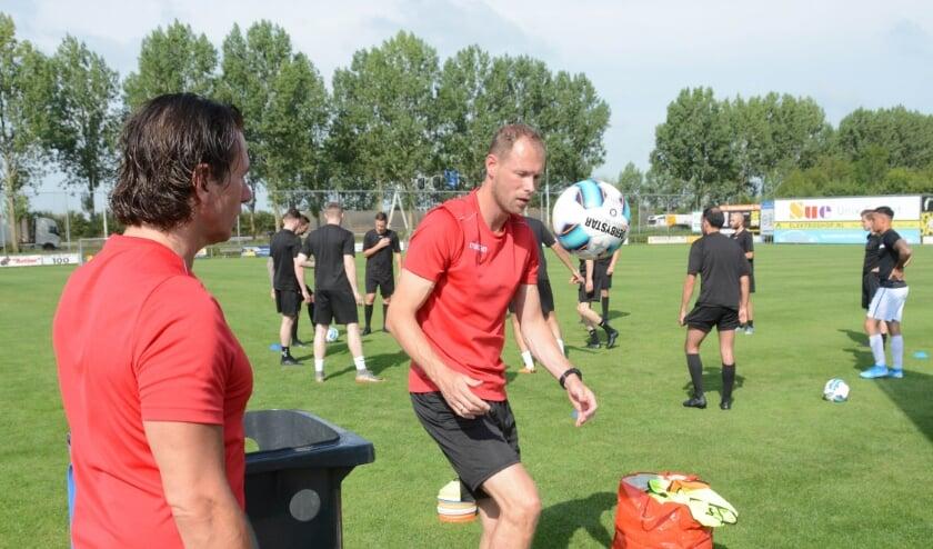 <p>De WNC-trainers Cor Prein (aan de bal) en Ben van Meerte Janse bereiden onder goede omstandigheden training voor.&nbsp;</p>