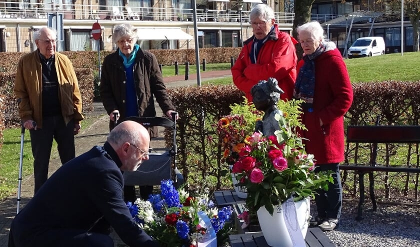 <p>Burgemeester Carol van Eert legt bloemen namens gemeentebestuur van de gemeente Rheden.</p>