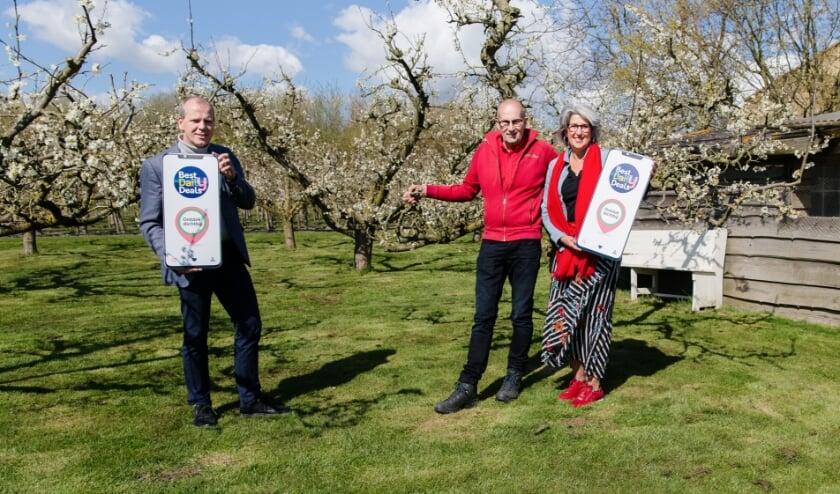<p><strong>Foto 2</strong>. Landwinkel Sonneveld is ook dik tevreden met de lancering van de lokale App. Jan en Mieke Sonneveld ontvingen de Wethouder op hun mooie &lsquo;trouwlocatie&rsquo; in bloei!</p>