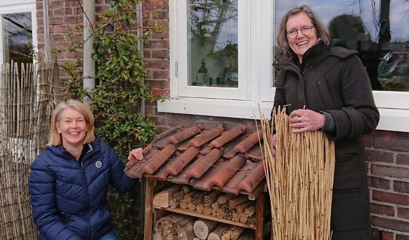 <p>Astrid Boerkamp (l) en Lianne Konings van Arnhem Zoemt: 'Een bijenhotel is leuk, maar niet nodig. Rommelhoekjes, daar worden bijen blij van.'</p>