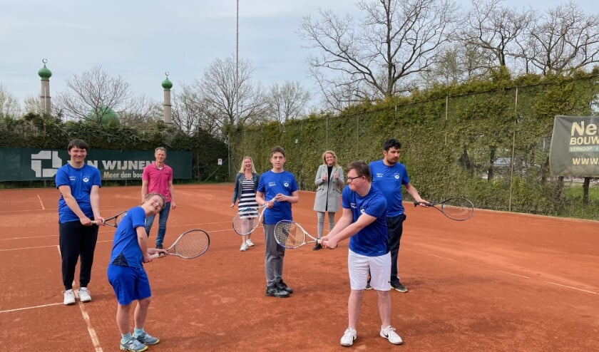 <p>De G-tennissers zijn in ieder geval hartstikke blij met hun nieuwe outfit. Van links af: Max, Mas, Marco Reuvers, Jasja Scholtens (ZLTB), Tijmen, Annelies Sluiter (Craft), Siemen en Mert.</p>