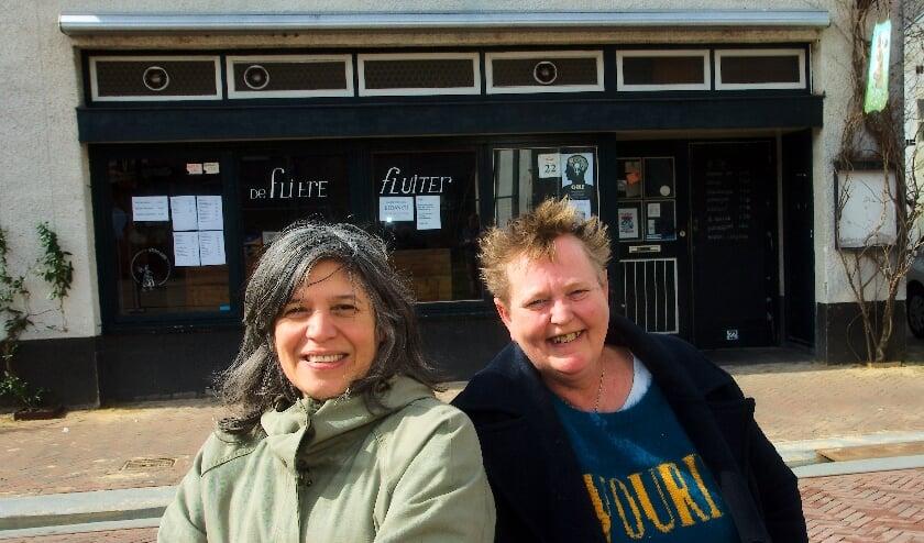 <p>Jessica van den Elburg (links) en Wilma&nbsp; Jonker voor de Fliere Fluiter</p>