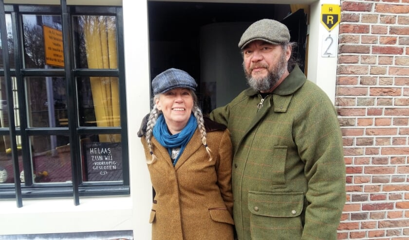 <p>Hanneke Apon en Meerten Huisman bij de ingang van Kings Dish, &#39;het kleinste restaurant van Nederland&#39;. &quot;We hopen dat alles snel weer open kan.&quot;</p>