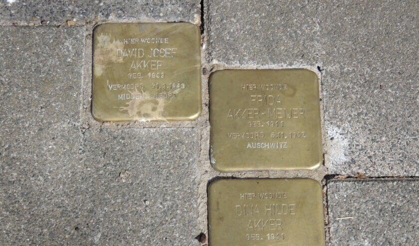 <p>De struikelstenen bij het adres Prins Hendriklaan 9 voor David Josef Akker, Frieda Sara Akker-Meijer en Diena Hilda Akker (&nbsp;</p>