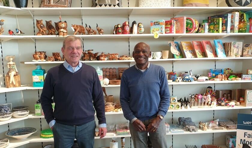 <p>Aart Meijer en Cor Doelwijt in de Wereldwinkel.&nbsp;</p>