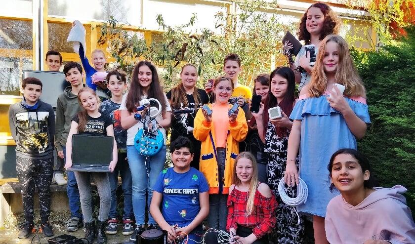 <p>Leerlingen van de Prinses Margrietschool uit Tiel tonen trots de elektrische apparaten die zij hebben ingezameld.</p>