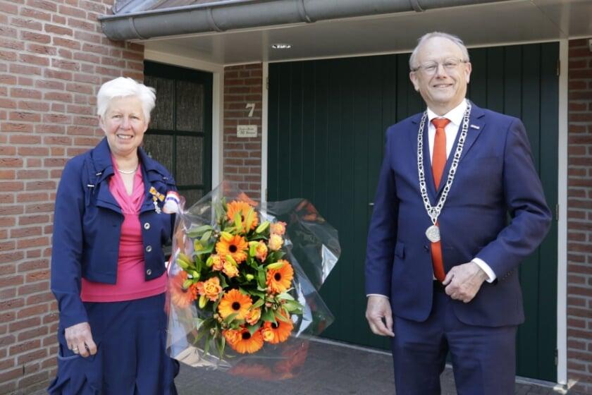 <p>Mevrouw Kleintjens kreeg de versierselen van burgemeester Jan Boelhouwer.</p>